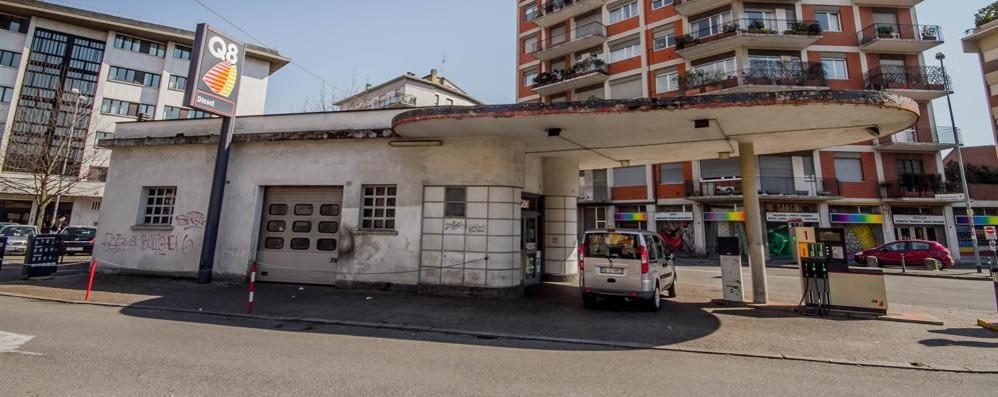 Distributore di via Baschenis: «Il futuro dipenderà dal livello di inquinamento»