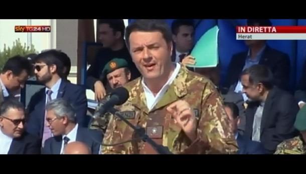 Jeans e mimetica per Renzi a Herat