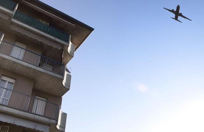 Aereo in decollo nel cielo di Colognola
