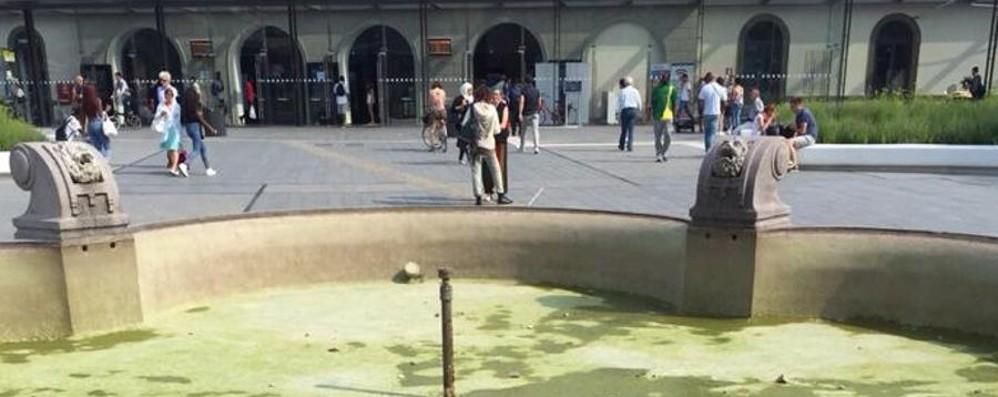 Stazione, la fontana resta a secco Il Comune: giovedì pulizia, poi  riapre