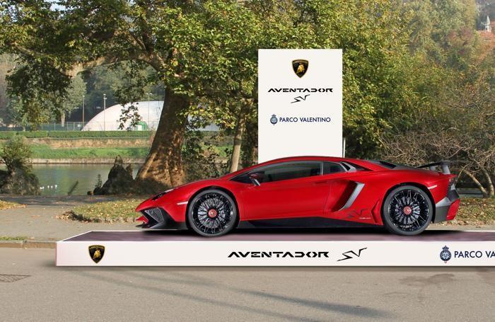 La Lamborghini Aventador al Parco Valentino di Torino. Sopra L'Alfa Romeo 4C Spider