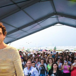 Mika sorride, saluta e fa il pienone Folla a Stezzano per conoscerlo