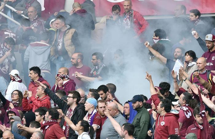 Tifosi del Torino durante il derby del 26 aprileANSA/ ALESSANDRO DI MARCO