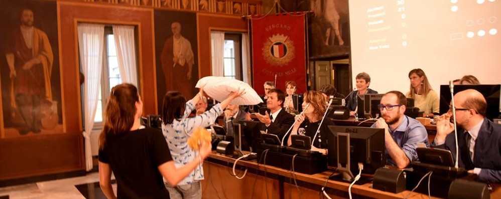 Movida, polemica ma ok al regolamento Santa Caterina regala un cuscino a Gori