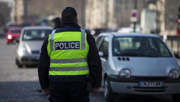 Francia vieta auricolari in auto e moto