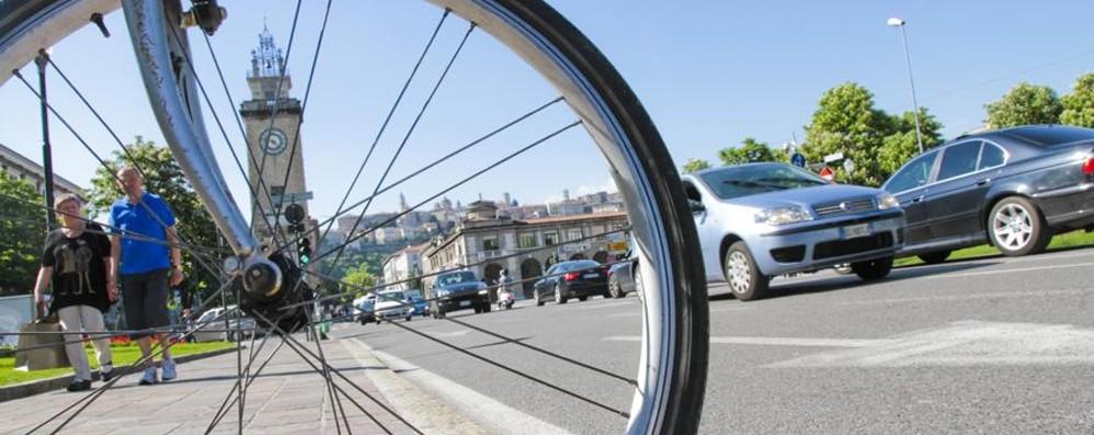 «Io, derubata della bici in centro mentre soccorrevo un passante»