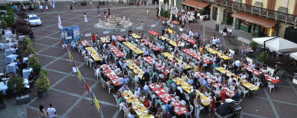 Piazza Vecchia: cena del Buonumore con 250 posti e il «Biscòt di Trì Gós»