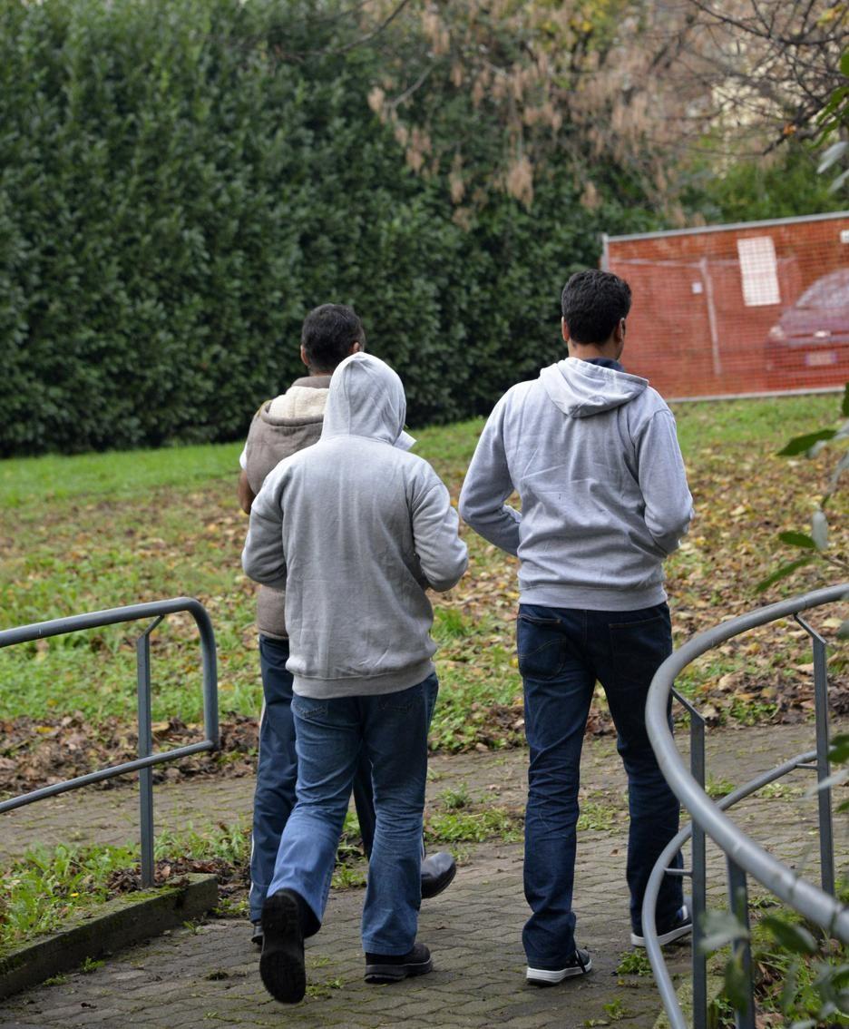 Un gruppo di profughi ospiti all'ex Gleno