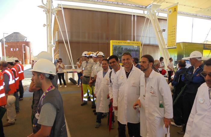 La squadra di Italcementi che ha sfilato per il 2 Giugno all'Expo