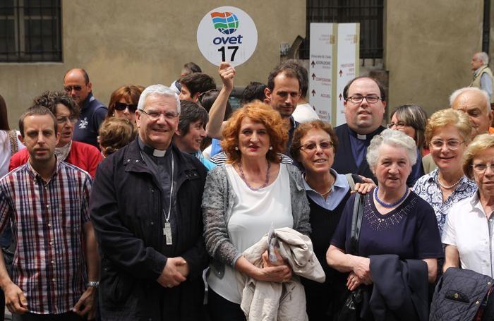 Il vescovo Beschi con un gruppo di pellegrini