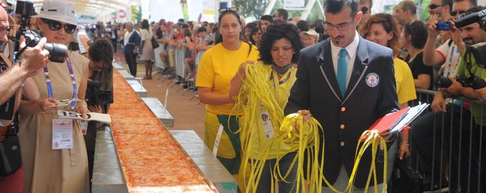 Expo sforna la pizza più lunga del mondo Un chilometro e mezzo: battuto il record