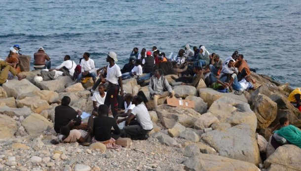 Ventimiglia, 170 migranti su scogliera