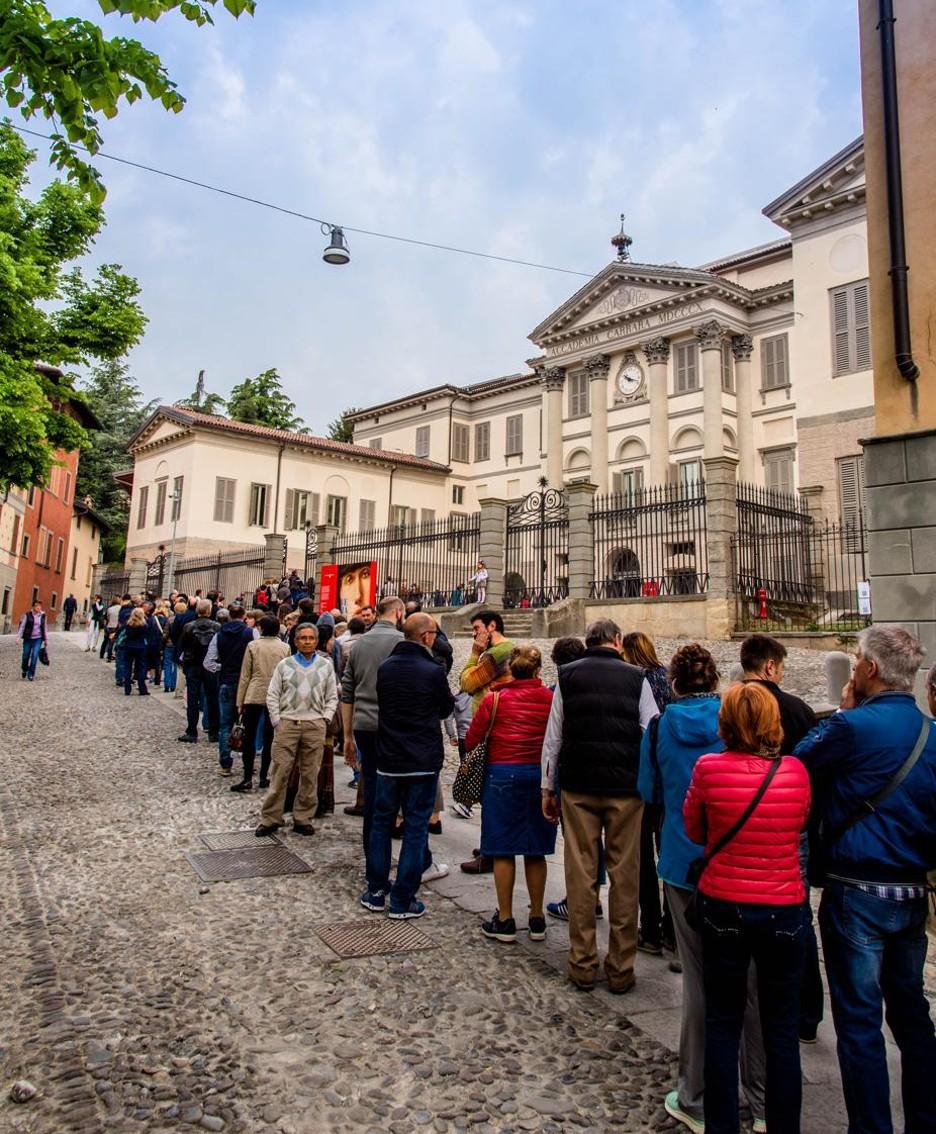 Visitatori in fila all'Accademia