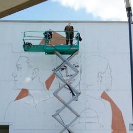 Artista in azione alla stazione La Carrara ispira. E c'è un concorso