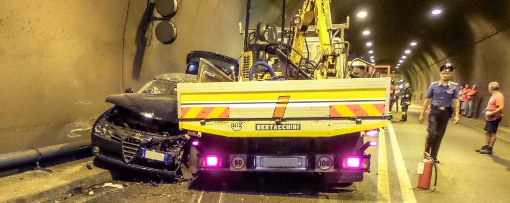 Scoppia una gomma, furgone contro auto Due feriti nel tunnel Montenegrone - Video