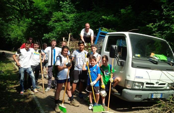 Foto di gruppo dei volontari in azione