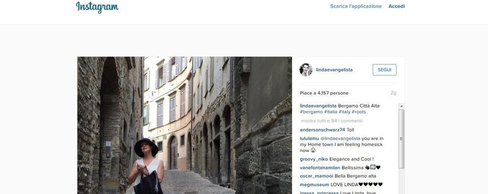 Linda Evangelista turista a Bergamo Le foto spopolano su Instagram