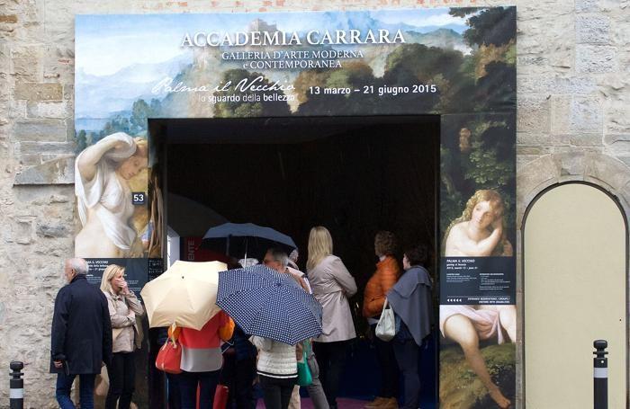 Persone in visita alla mostra di Palma il Vecchio alla Gamec di Bergamo