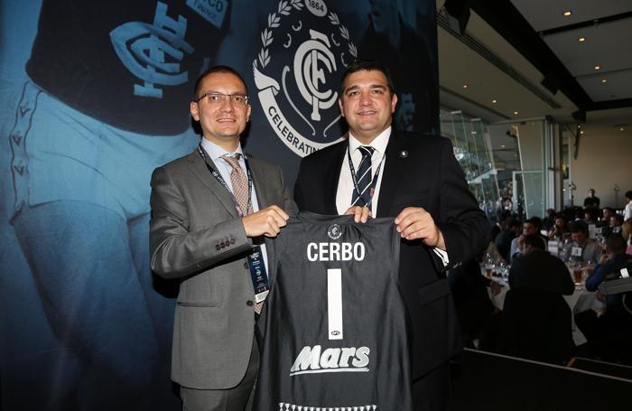 La consegna della maglietta commemorativa della squadra degli Australian Football Carlton presieduta da un italiano