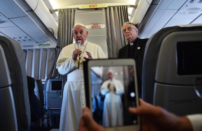 Il Papa parla ai giornalisti durante il volo per Sarajevo