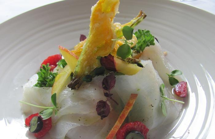 Carpaccio crudo di baccalà con verdure e frutta