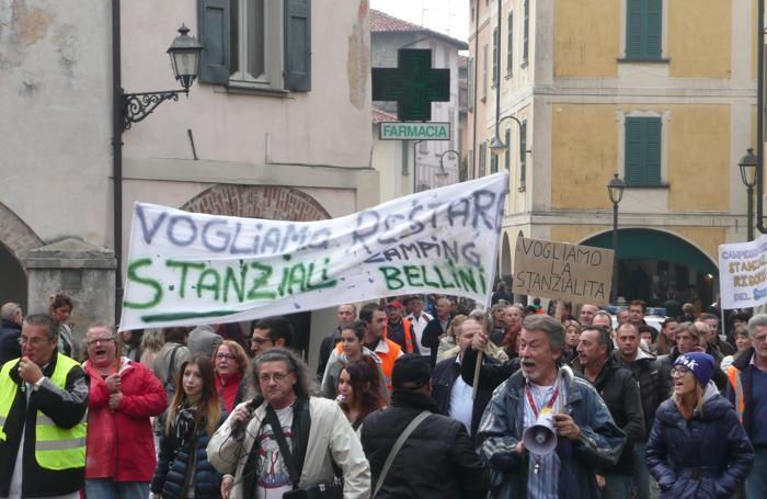 Una vecchia manifestazione di protesta dei campeggiatori stanziali ad Iseo