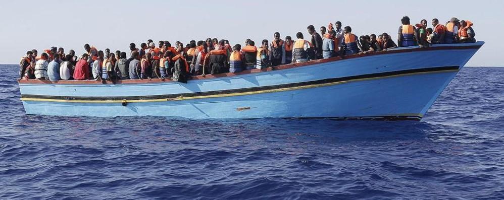 Maroni scrive ai prefetti lombardi «Stop alle assegnazioni di immigrati»
