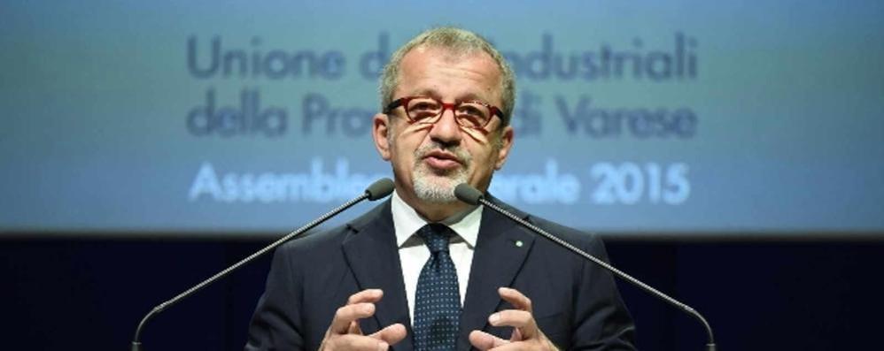 Migranti, il governatore Maroni all'attacco «Meno soldi a Comuni che li accolgono»