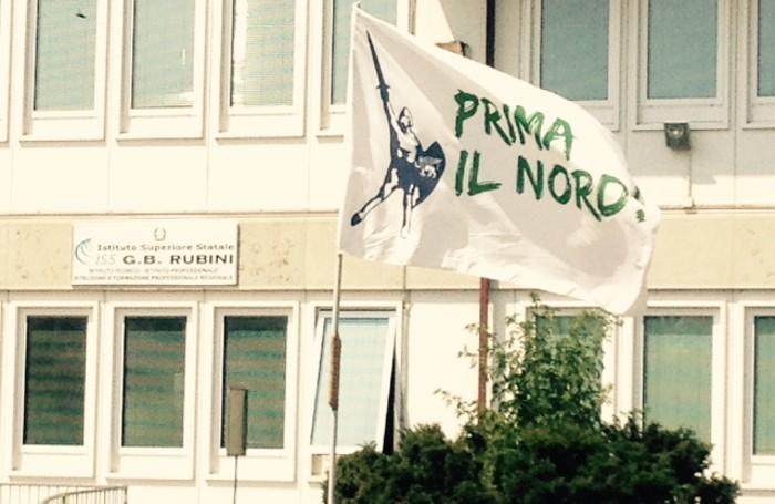 La bandiera della Lega davanti all'Istituto Rubini di Romano di LombardiaCesni