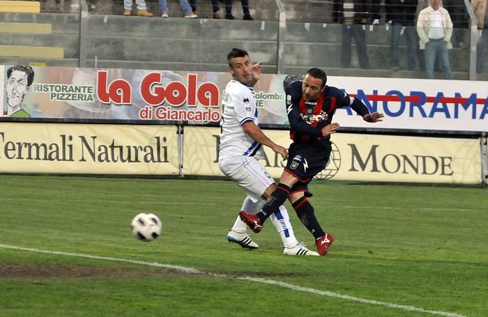 Un'altra immagine di Crotone-Atalanta del 22 aprile 2011: finì 2-2