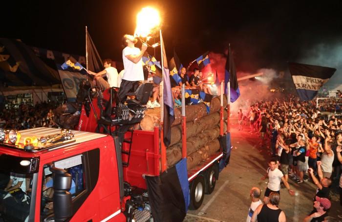 Il camion carico di legna con i giocatori dell'Atalanta