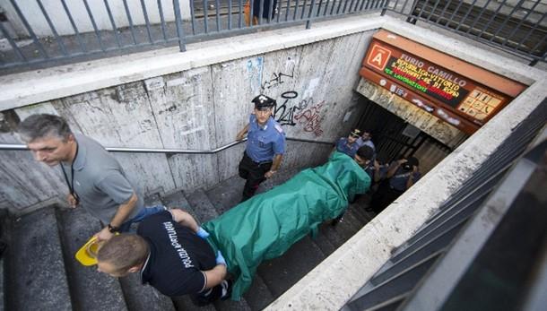Bimbo morto: autopsia,lesioni per caduta