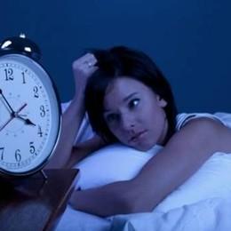 Non riesci a dormire per il caldo? Ecco la tecnica del «piede fuori» - Video