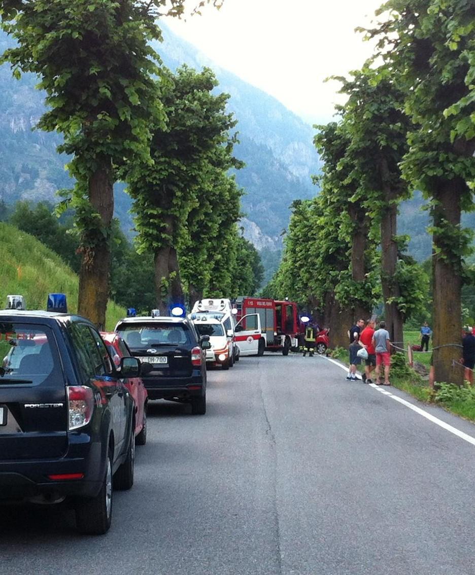 Il viale alberato di Branzi bloccato dopo l'incidente