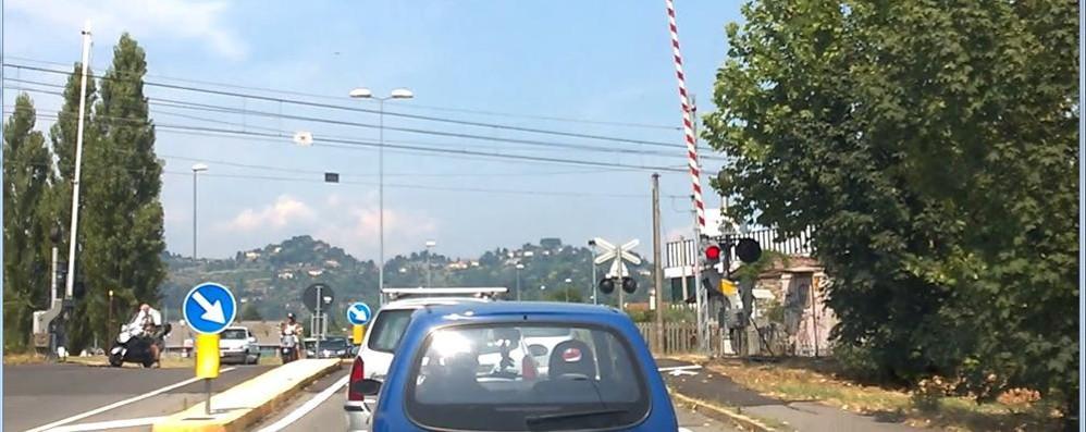 Curno, guasto al passaggio a livello Semaforo acceso ma sbarre alzate - video