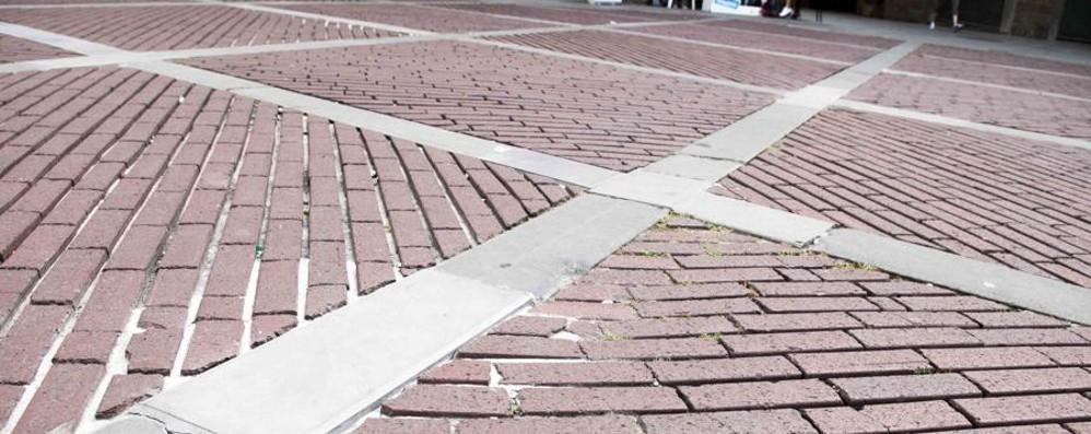 Piazza Vecchia rattoppata Un esposto per dire no alle pezze