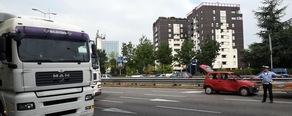 Scoppia gomma di un camion Una 500 travolta sulla circonvallazione