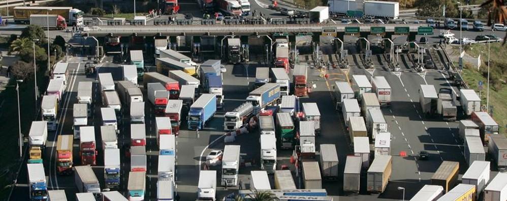 Tagli alle deduzioni: gli autisti protestano «Basta, pronti al fermo dei trasporti»