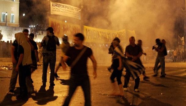 Scontri ad Atene, molotov e lacrimogeni