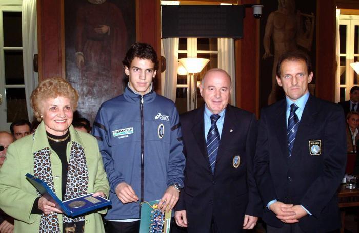 Zaira Cagnoni premia i giovanissimi dell'Atalanta. A destra  Eugenio Perico