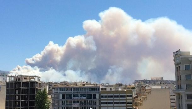 Grecia: vasto incendio a porte Atene