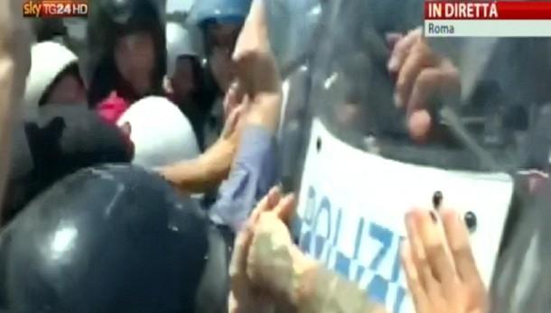 Immigrazione, scontri in periferia Roma