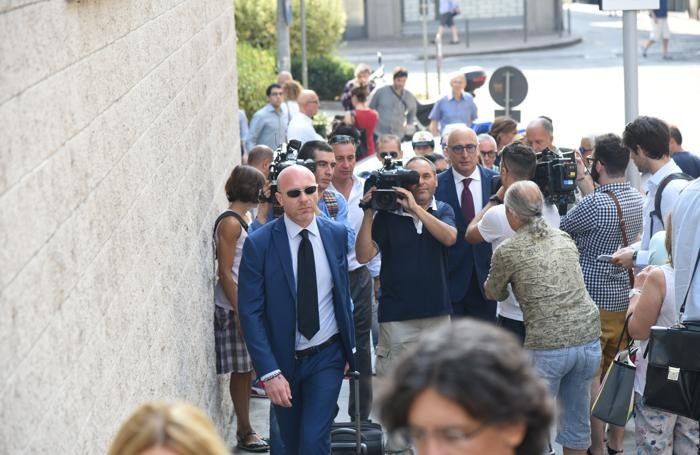 Gli avvocati di Bossetti: a sinistra, con gli occhiali da sole, Paolo Camporini, e a destra, con la cravatta rossa, Claudio Salvagni