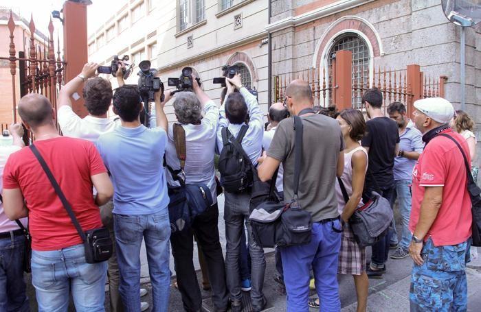 La ressa di reporter per l'arrivo di Bossetti