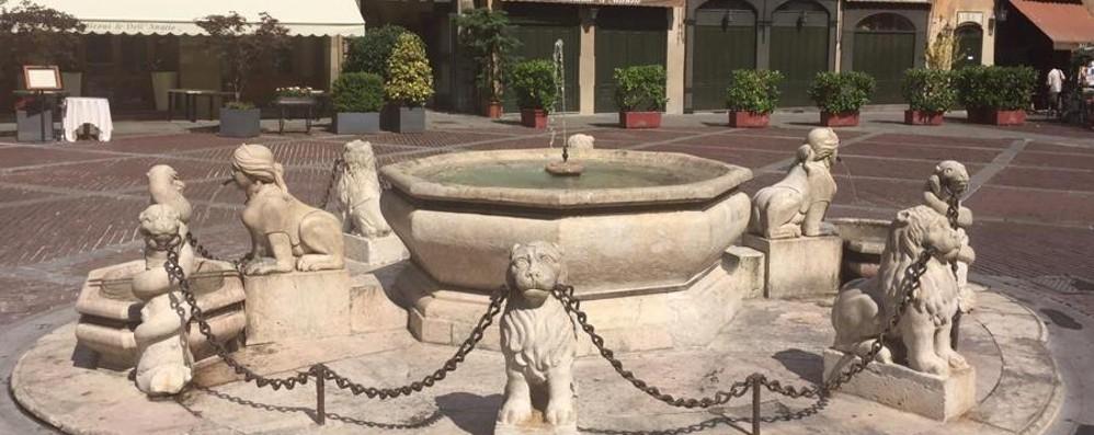 Piazza vecchia, riecco la fontana Tubi ok: l'acqua torna a zampillare