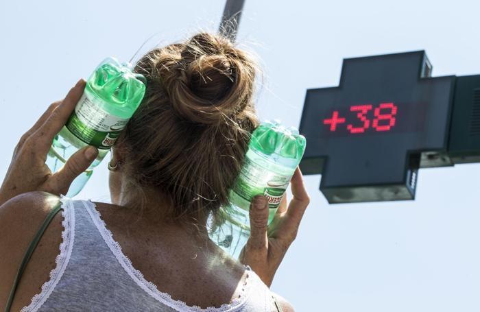 Una donna cerca refrigerio durante l'ondata di caldo