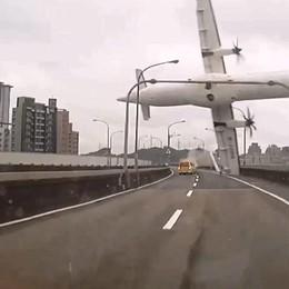 Disastro Taipei: il pilota spense per errore l'unico motore che era ancora funzionante