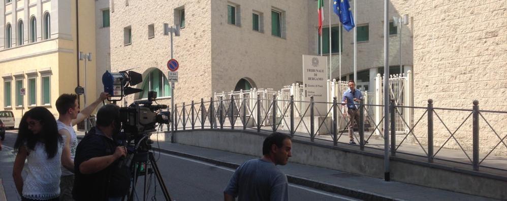 Prime troupe televisive in via Borfuro Processo a Bossetti: prove di diretta