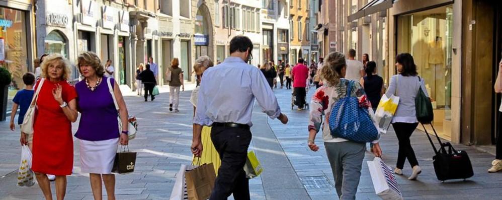 Saldi, 210-240 euro di spesa a famiglia È la previsione: sconti medi del 30-40%