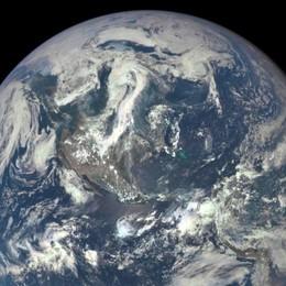 La Terra vista da 1,5 milioni di chilometri Obama: «È l'invito ad averne cura di più»